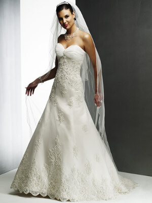 Csipke menyasszonyi ruha - Júlia Esküvői Ruhaszalon