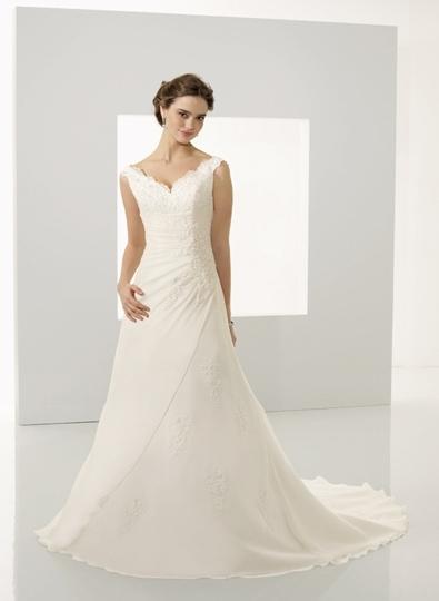 3af59172cf Egyenes vonalú menyasszonyi ruha - Júlia Esküvői Ruhaszalon