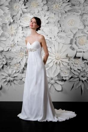 187438ce60 Klasszikus menyasszonyi ruha - Júlia Esküvői Ruhaszalon. Klasszikus menyasszonyi  ruha - Júlia Esküvői Ruhaszalon
