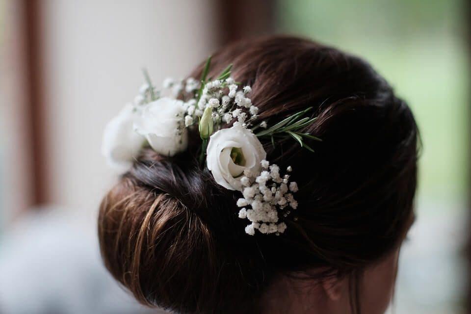 Menyasszony fejdísz, kiegészítése a menyasszonyi ruhának