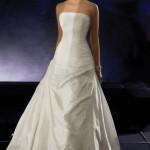 Egyszerű menyasszonyi ruha és az elegancia