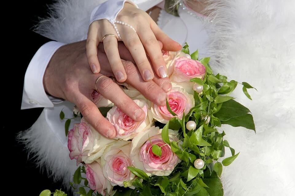 Menyasszonyi csokor, válasszunk kedves, egyszerű, hazánkban könnyen beszerezhető virágot.