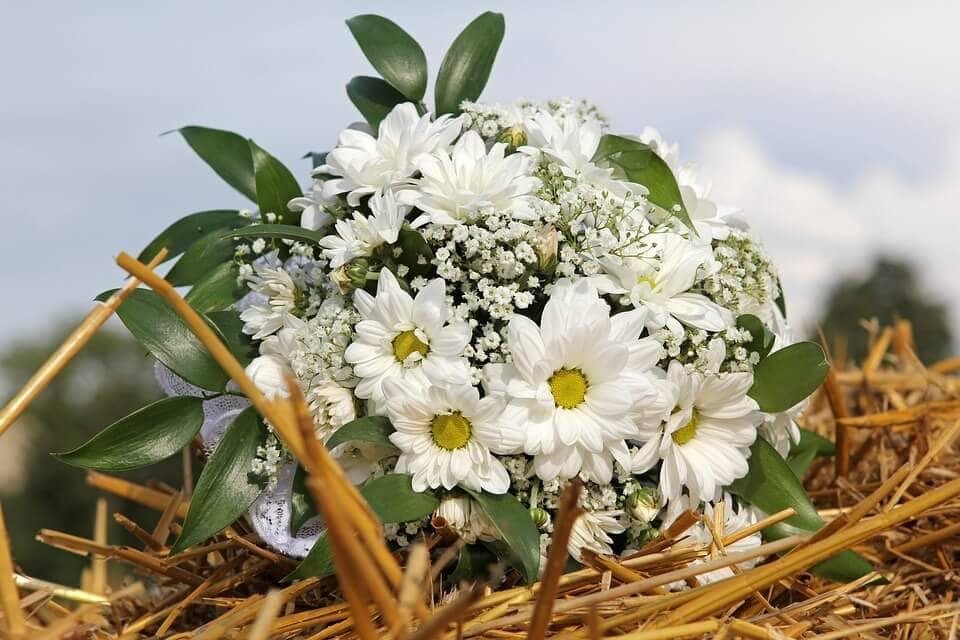 A nagymama virágoskertjére emlékeztető menyasszonyi csokor