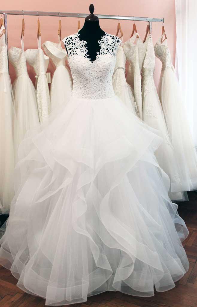 Az abroncsos menyasszonyi ruha - Júlia Esküvői Ruhaszalon 10567eec8a